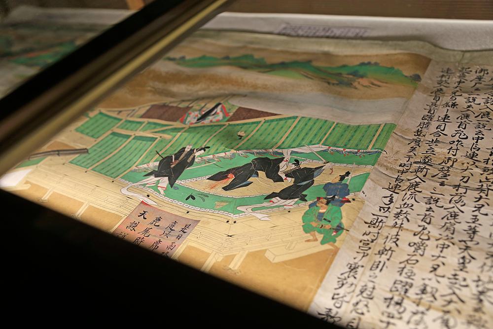 有名な蘇我入鹿の首をはねている図。巻物は自由に見ることができます。