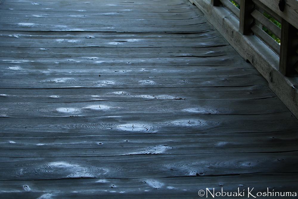 たくさんの人が歩いてきた床板。時を感じさせます。