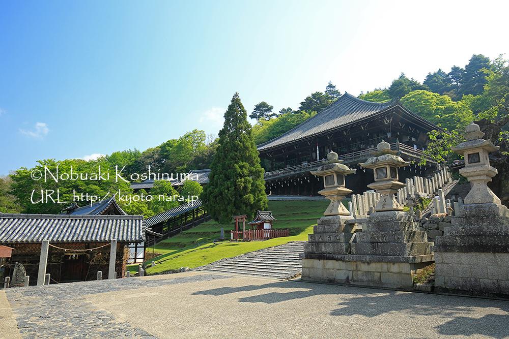 二月堂。斜面の上に立つ二月堂は、京都の清水寺の本堂と同じ舞台造りと呼ばれる建築。