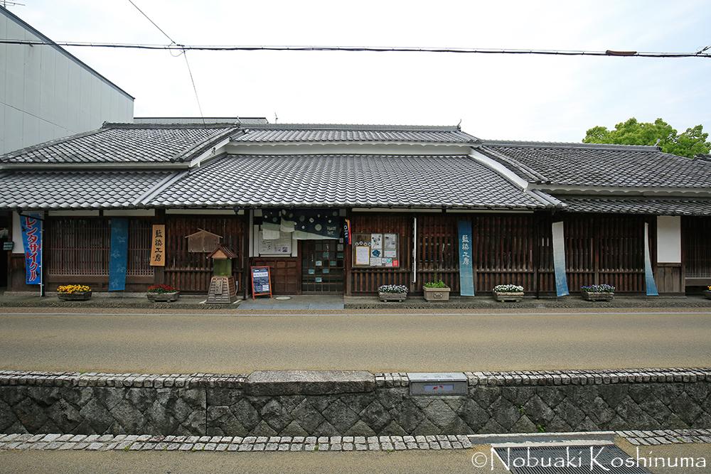 金魚すくい道場「こちくや」と同じ通りにある「紺屋」。染物の体験などもできて、外国人にも人気のお店。