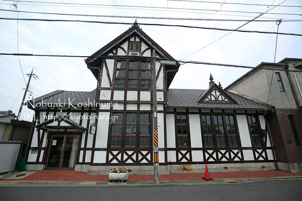 以前まで小児科として利用されていた古い建物。デザインが洗練されていますね。