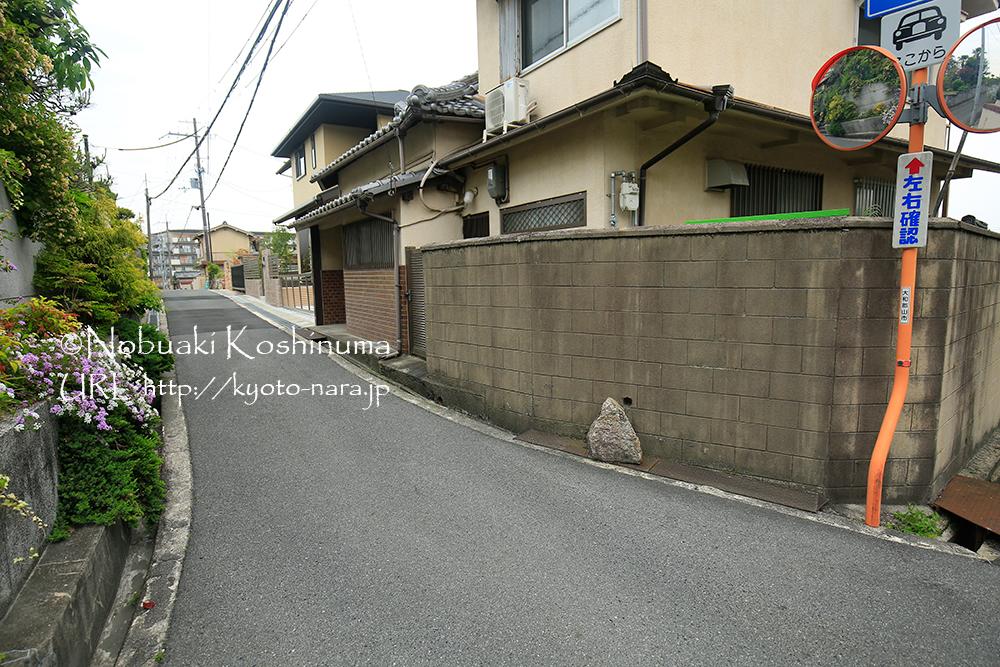 住宅街の中に置かれた不思議な石。歩いていた地元の方に聞いてみましたが、わからないそうです。謎です。