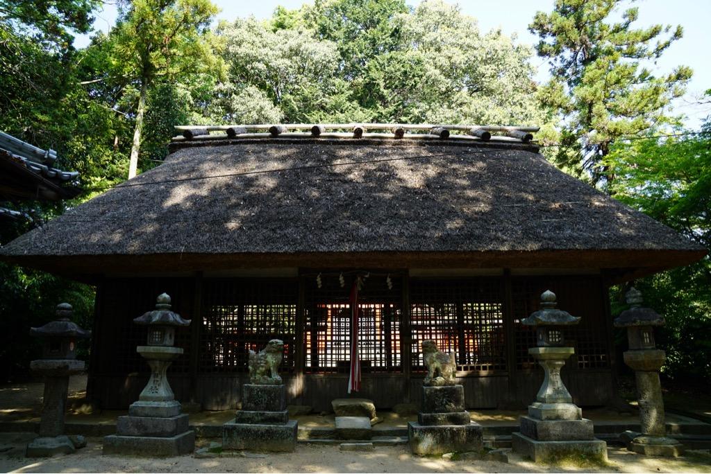 夜伽神社へ 茅葺で雰囲気のある神社です。