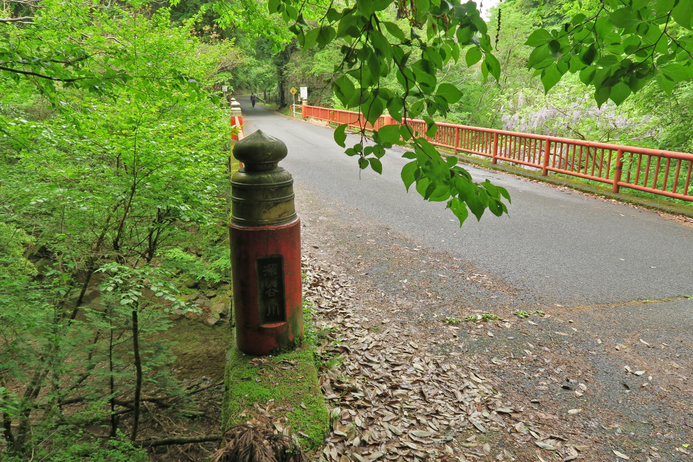 この橋の奥に竜鎮渓谷の入口があります。