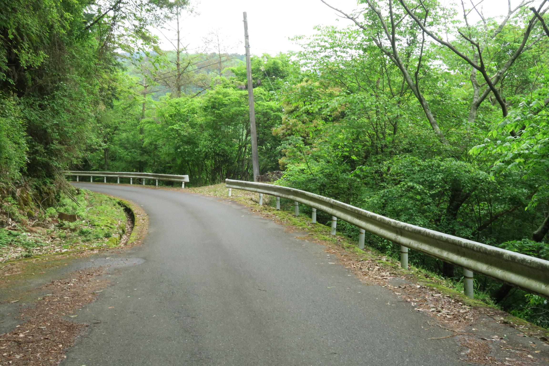 ダム周辺の道は整備されていて走りやすいです。対向車も少なめでゆっくり走れます。。