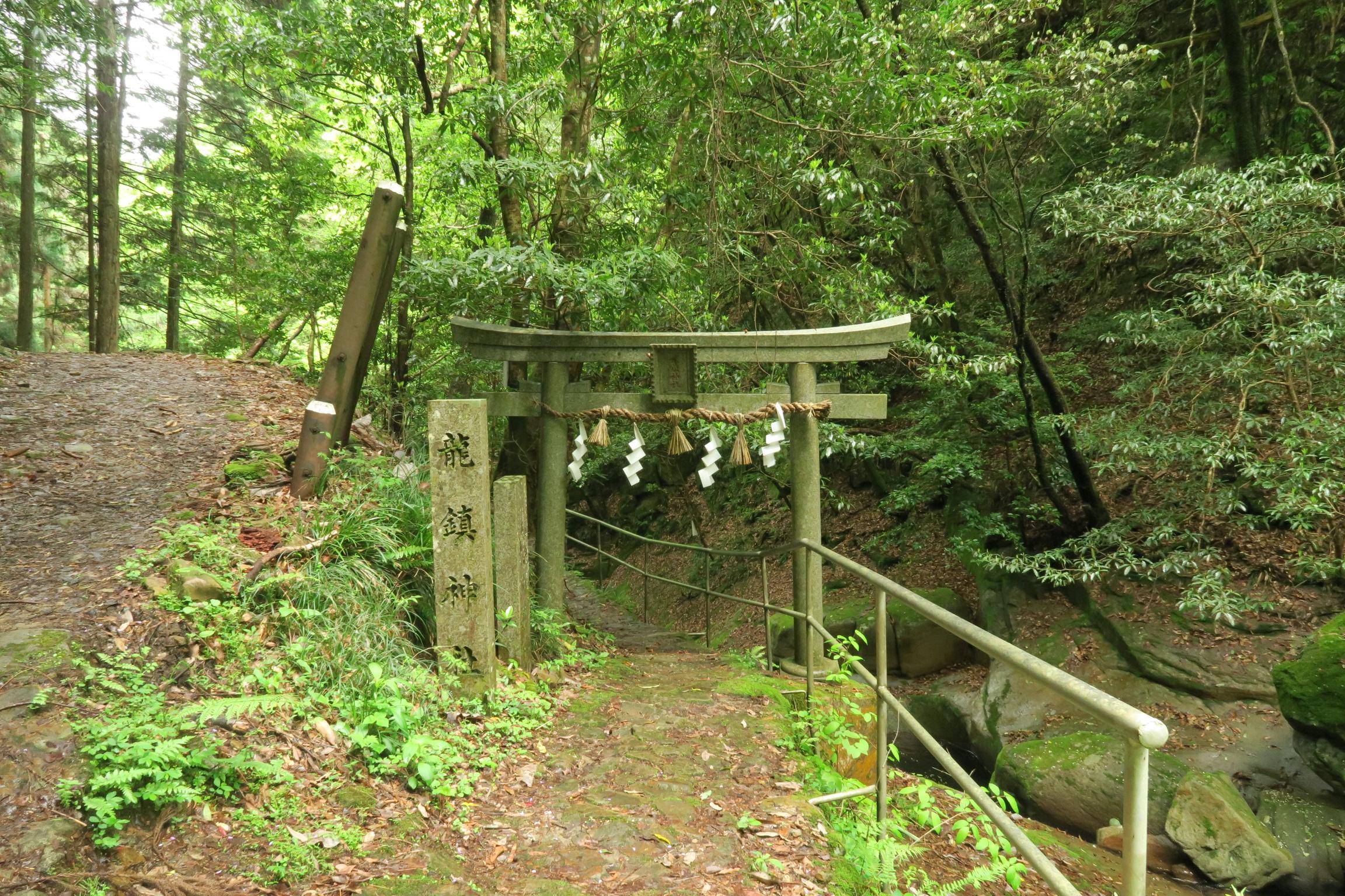 看板のすぐ後ろに神社の鳥居があります。