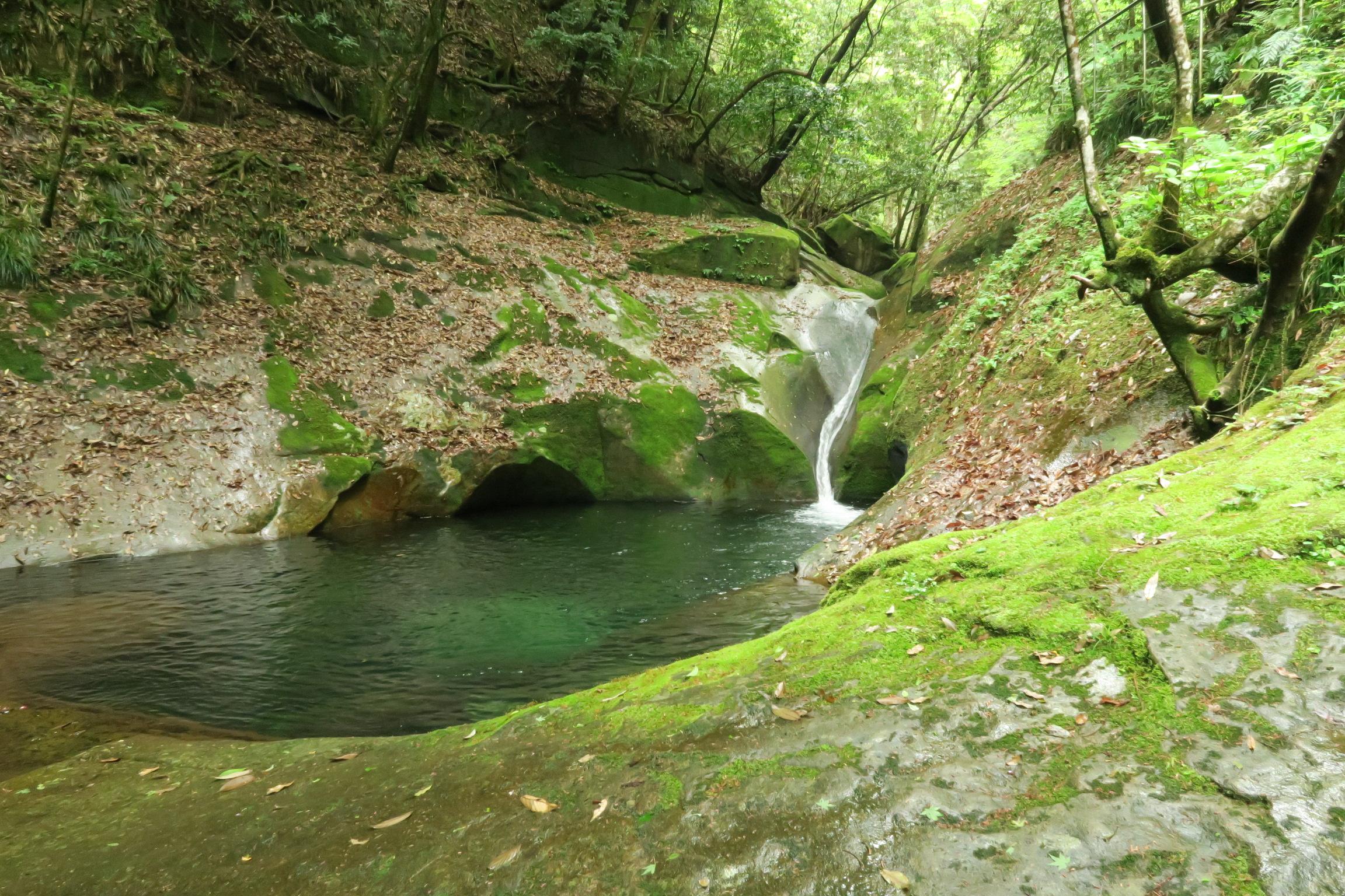 降りていくと滝つぼがあります。夏場はここで水遊びをする人もいます。斜面は非常にすべりやすいので要注意