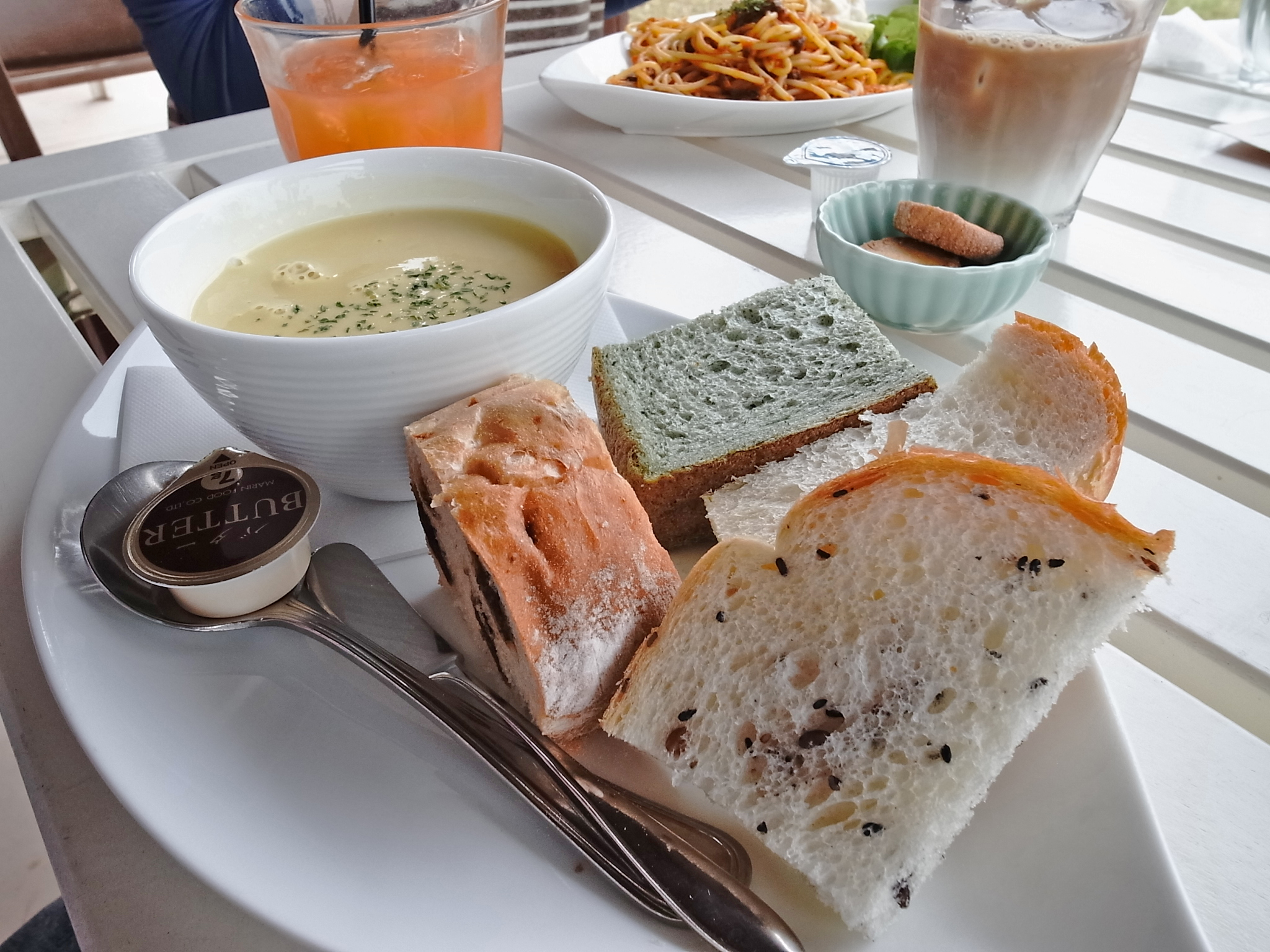 スープセット(680円)。日替わりスープとパンの盛り合わせ付。