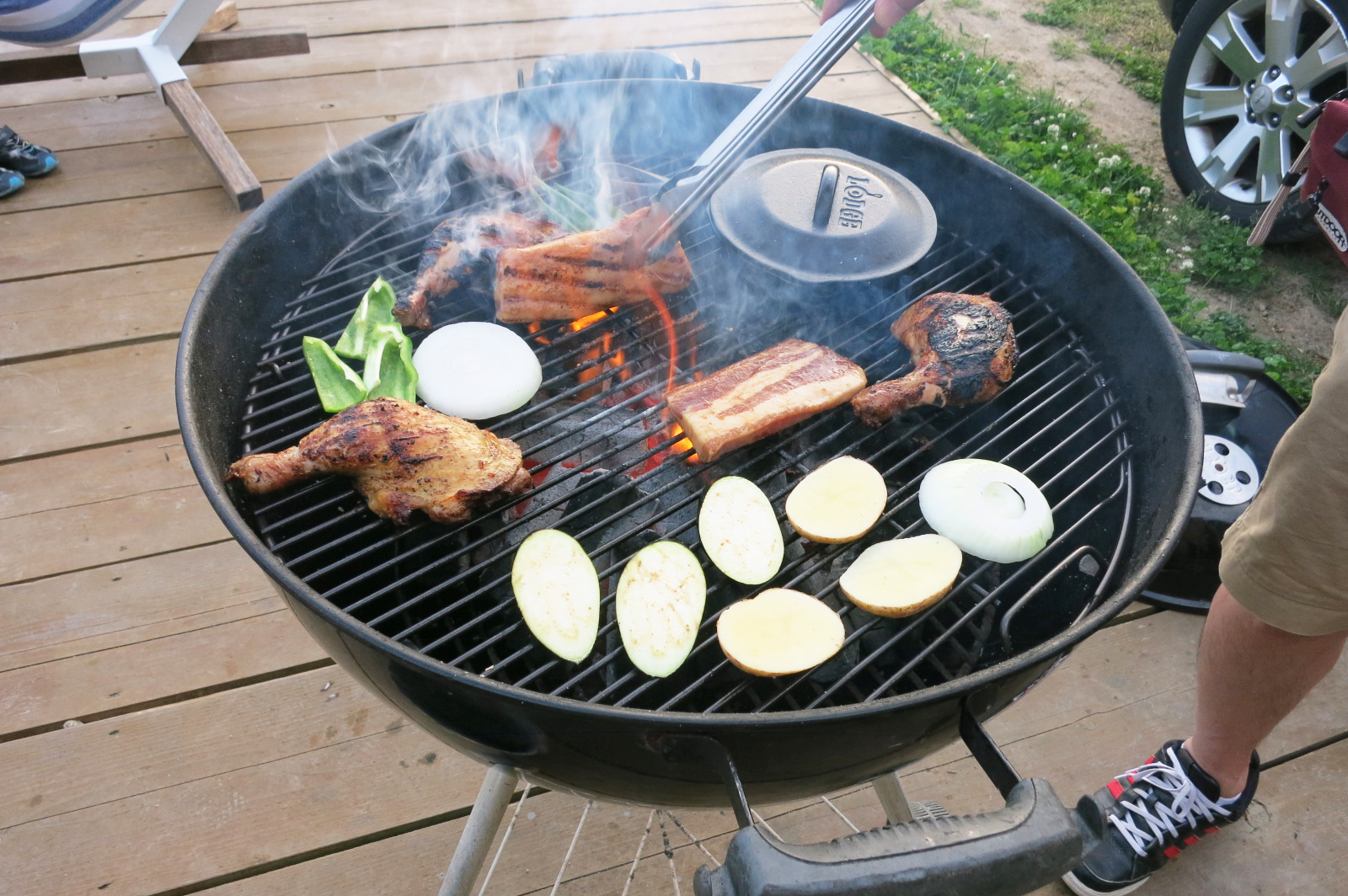 うぎゃー、肉が焦げたぁ。肉の油で火の周りが早すぎ。マニュアルには片面5分とあったけど、2~3分かな