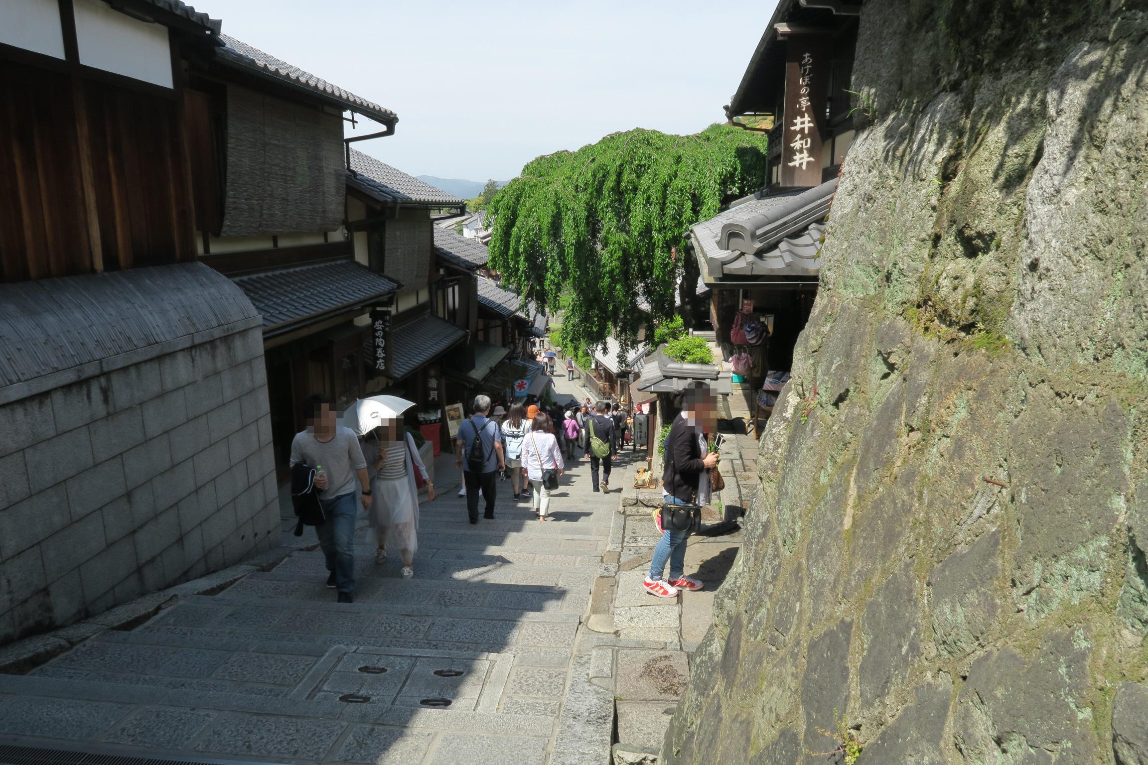 石畳の道の途中には、土産屋、陶器、料亭などが並びます。