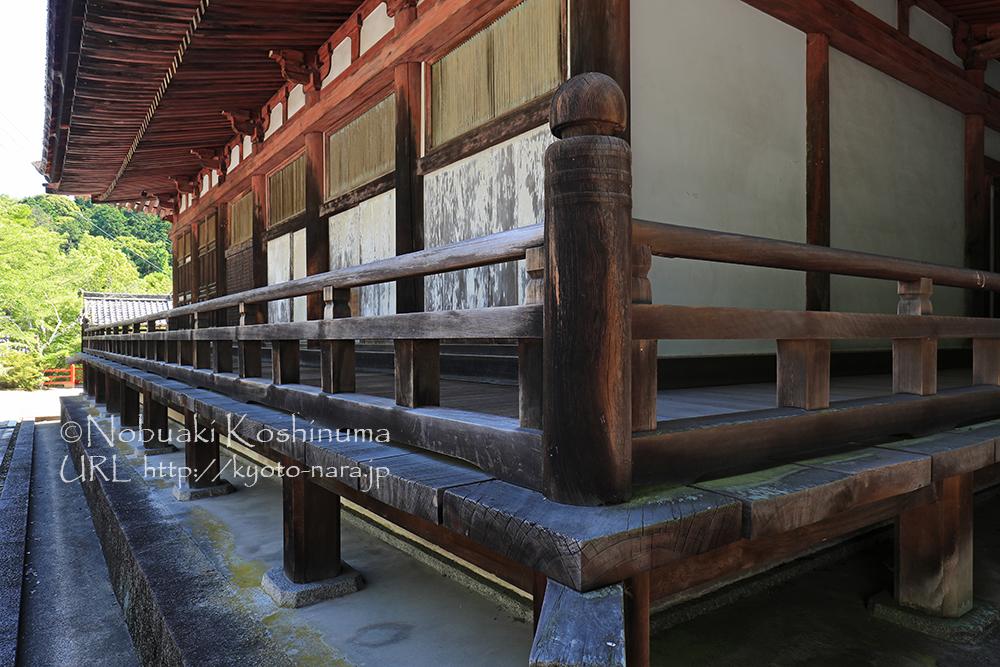 本堂(国宝)。入母屋造の密教仏堂。