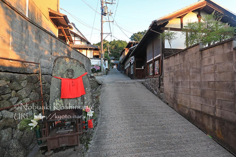 朝5時前。この細い道の先に矢田寺があります。朝日が民家を照らします。