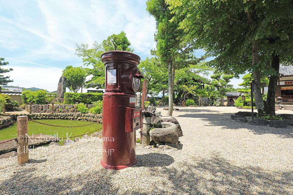 飛鳥寺境内にある郵便ポスト。色には、蘇芳色という奈良の県章と同じカラーです。