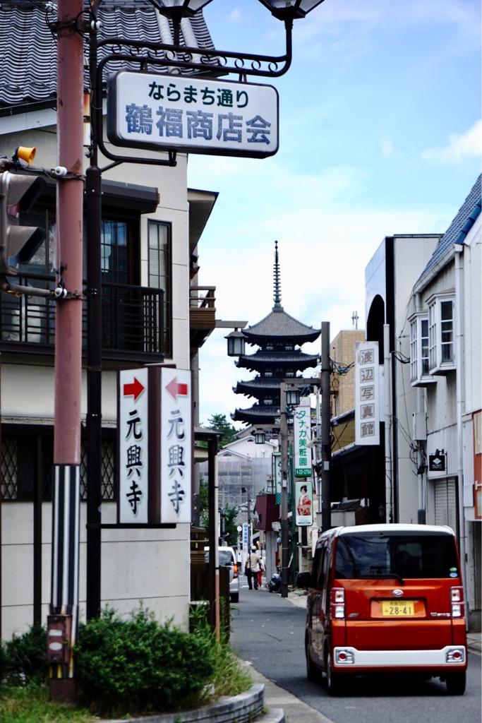 元興寺の前の道 ならまち通りからも興福寺五重塔が見えました。