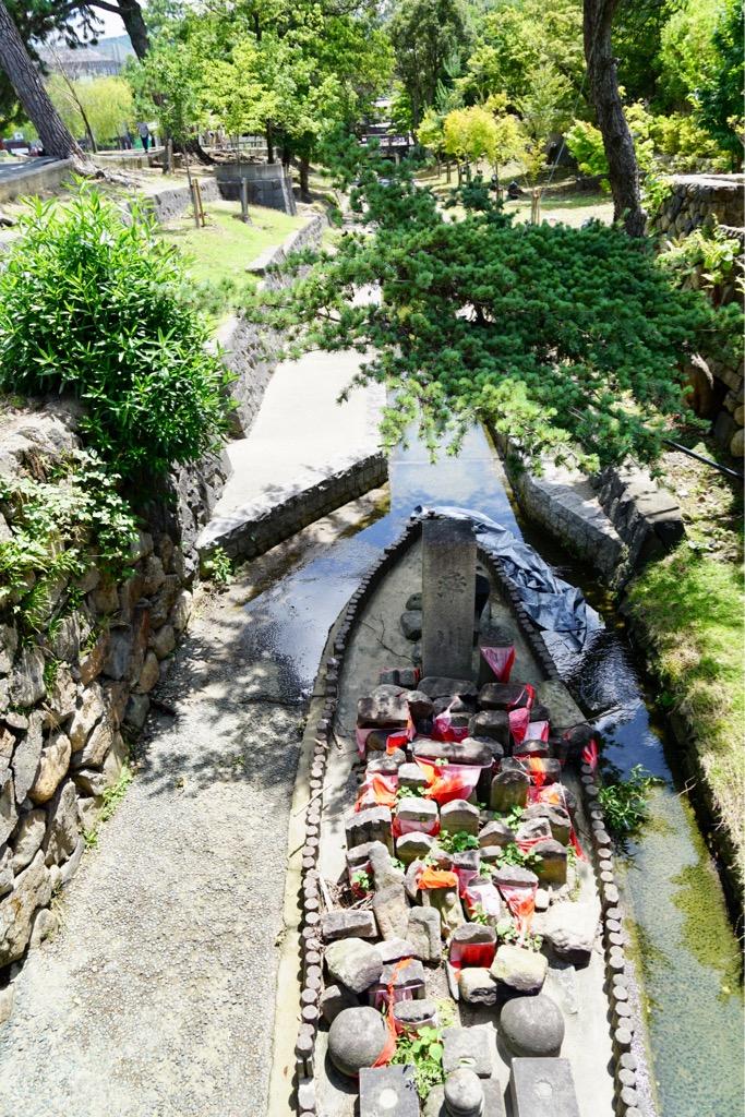 猿沢池の横の川にある石仏 率川神社のものです。