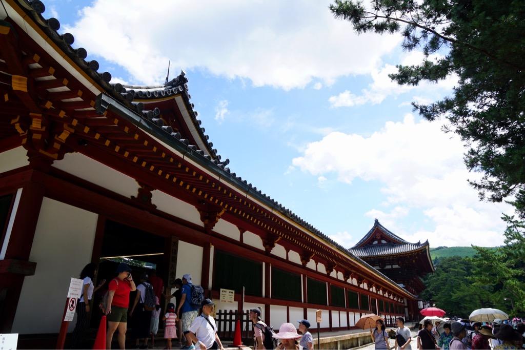 東大寺 若草山に朱色が映えて感動しました。