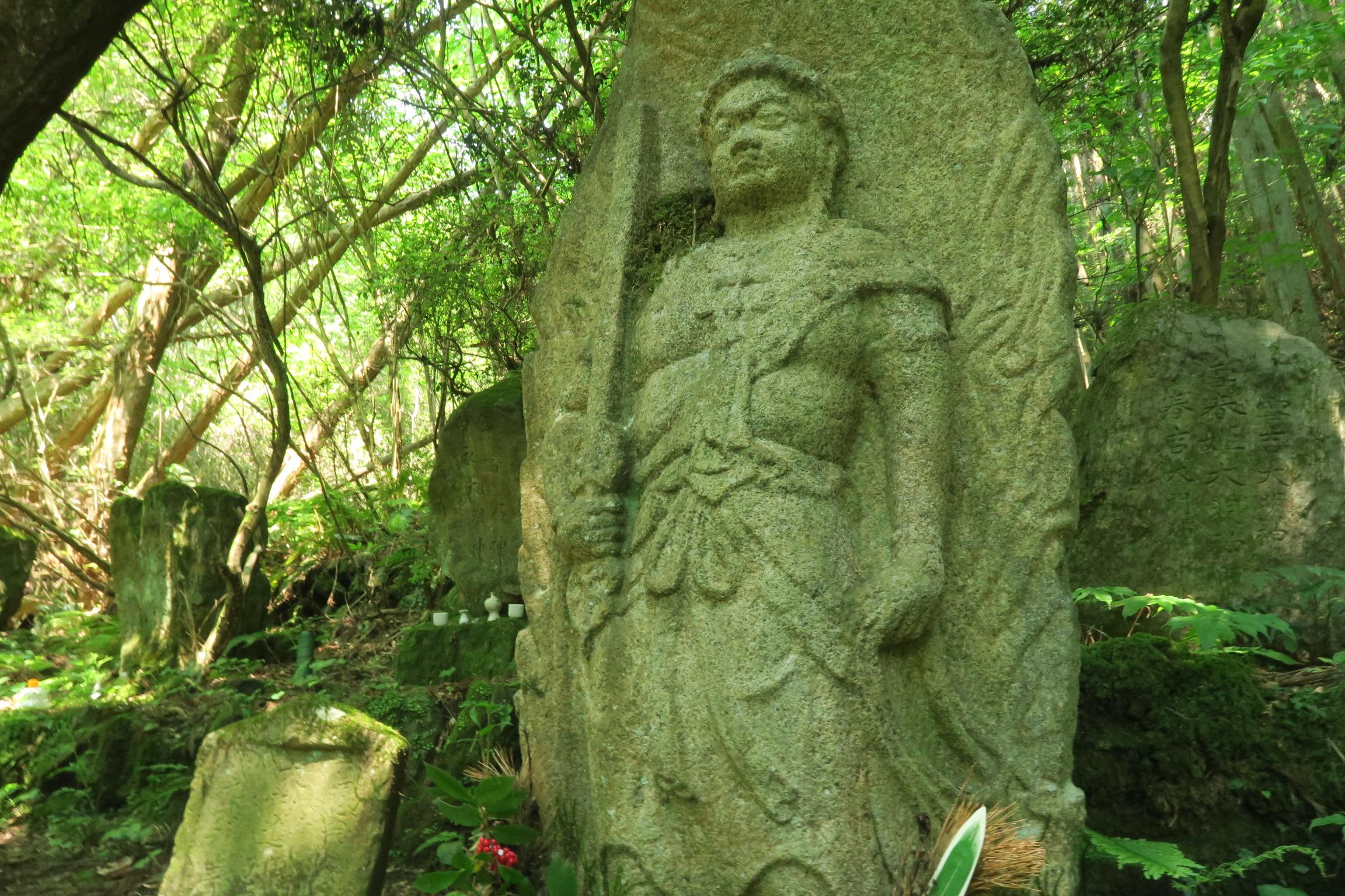 奥之院の立派な不動明王。火炎光背を負う厚肉彫りで、高さは205cmあるそうです。