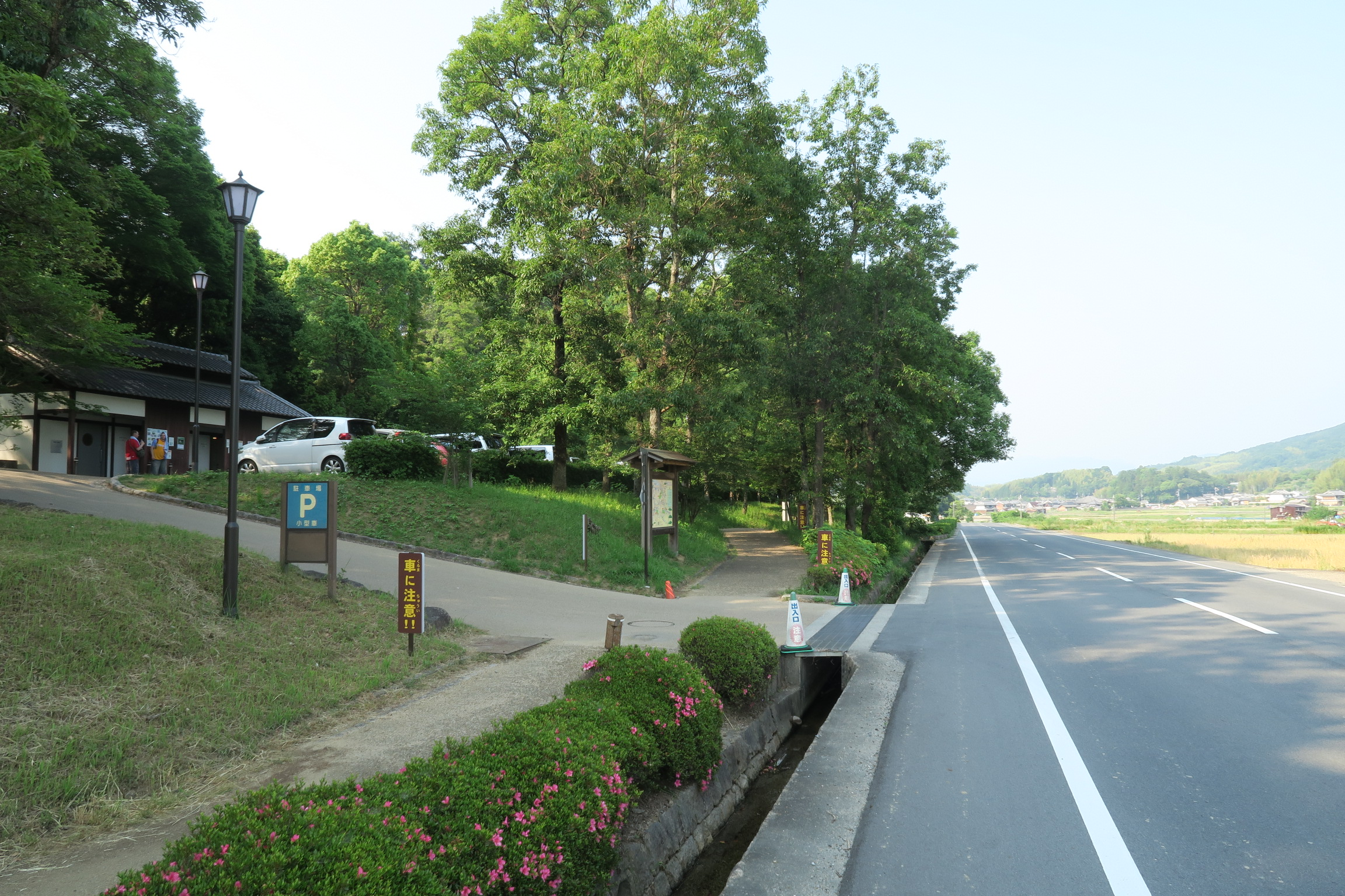 見通しの良い道路で、駐車場はわかりやすいです。