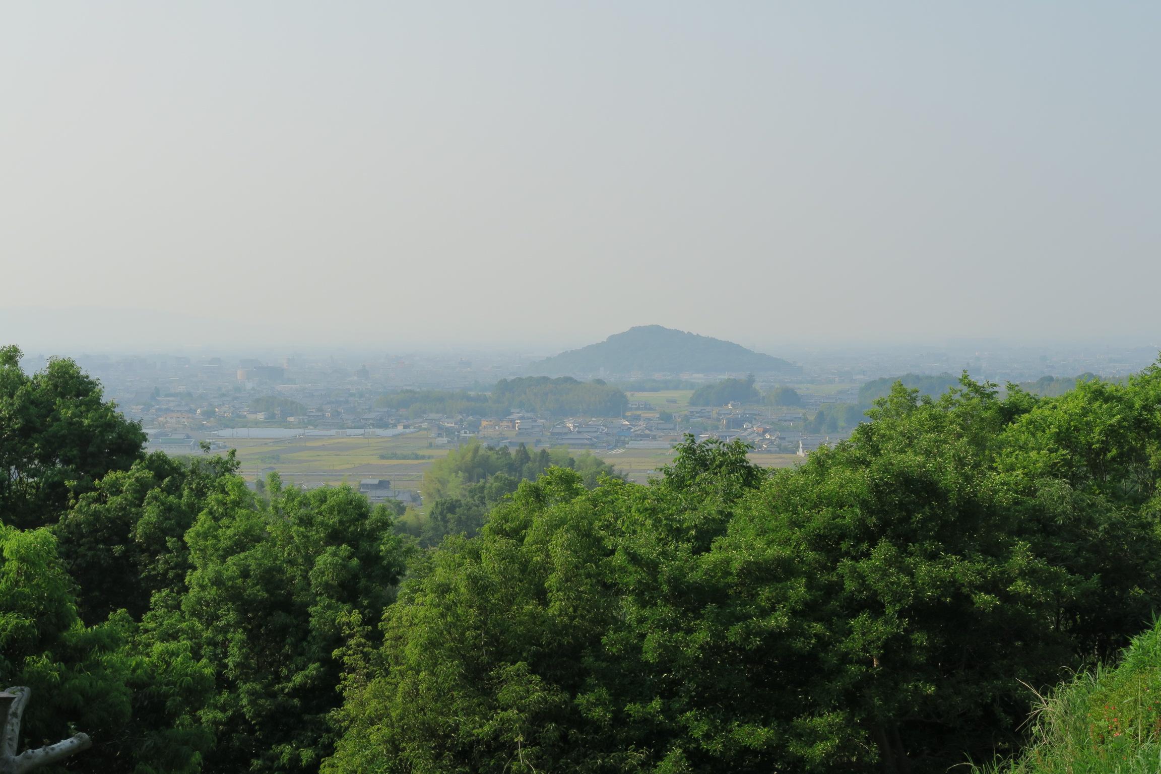 奥に畝傍山が見えています。澄んだ日には、葛城山、二上山、生駒山も見えます。