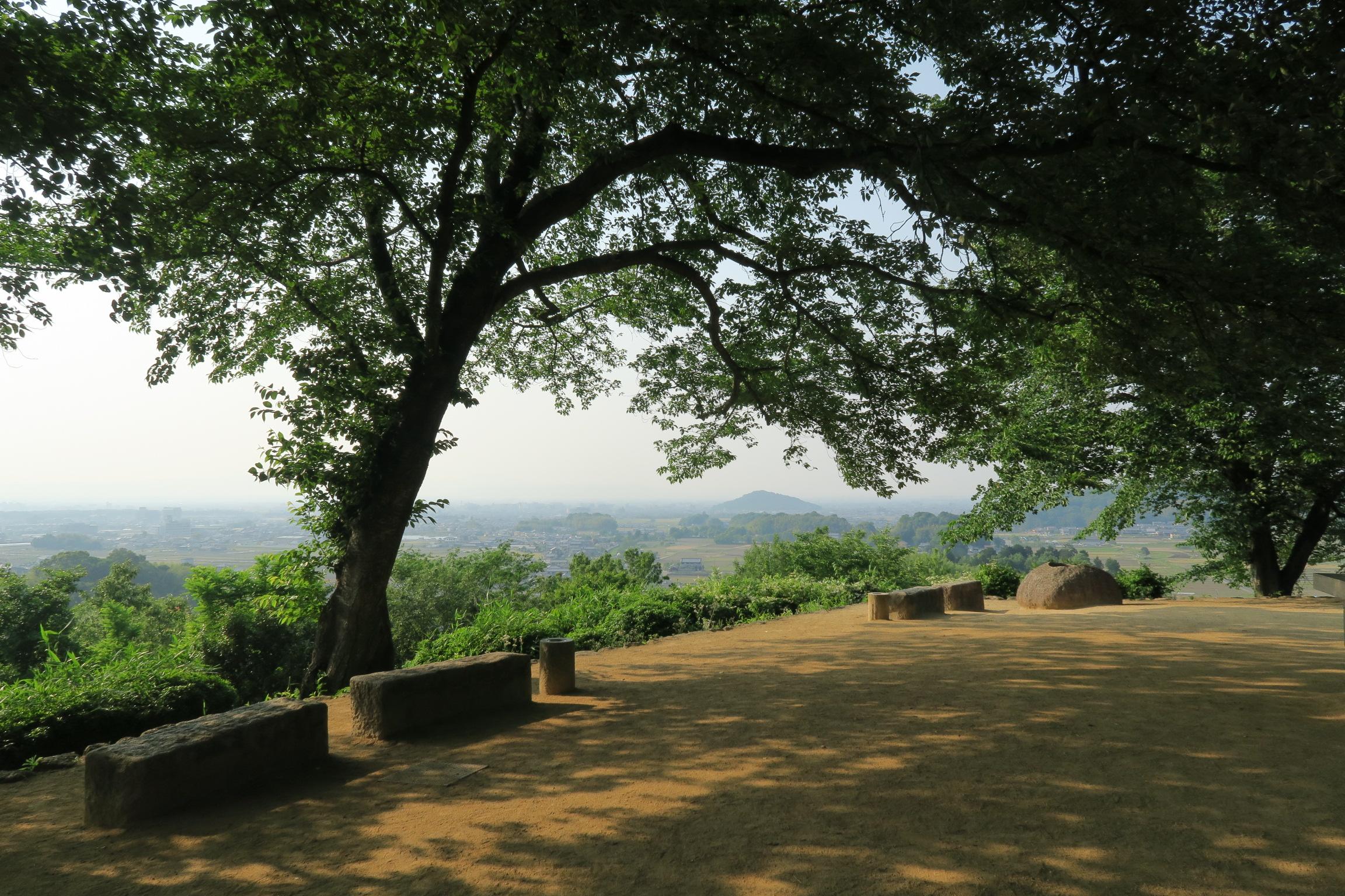大和三山が望める展望台。奥に耳成山、ガスがかかって見えませんでした、法隆寺も見えるようです。