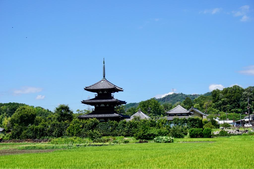 三重塔は境内に入らなくても見ることができます。