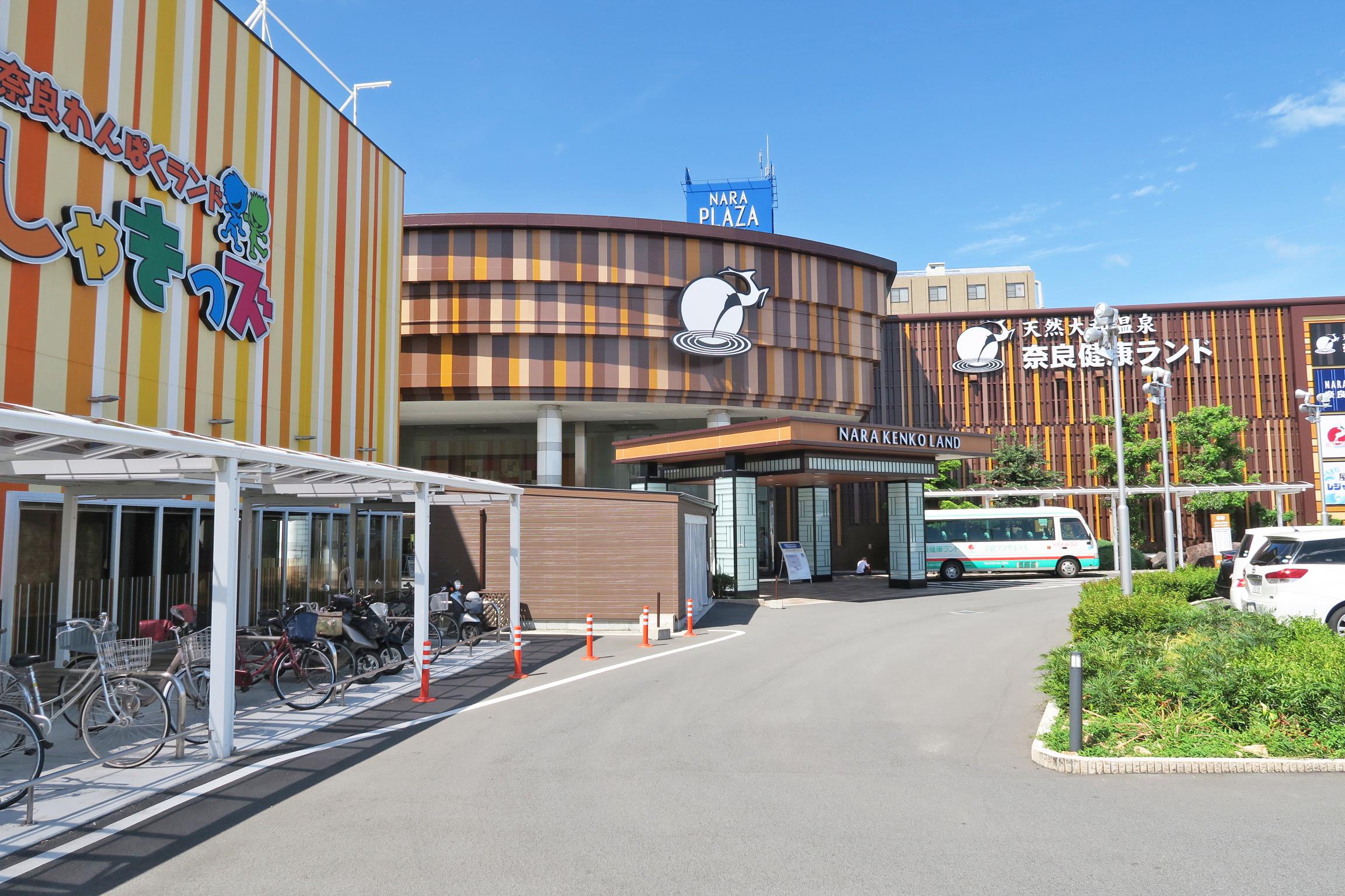 奈良健康ランドの建物。奥には宿泊施設あり。朝10時開店には、すでに沢山の車が。w(*゚o゚*)w