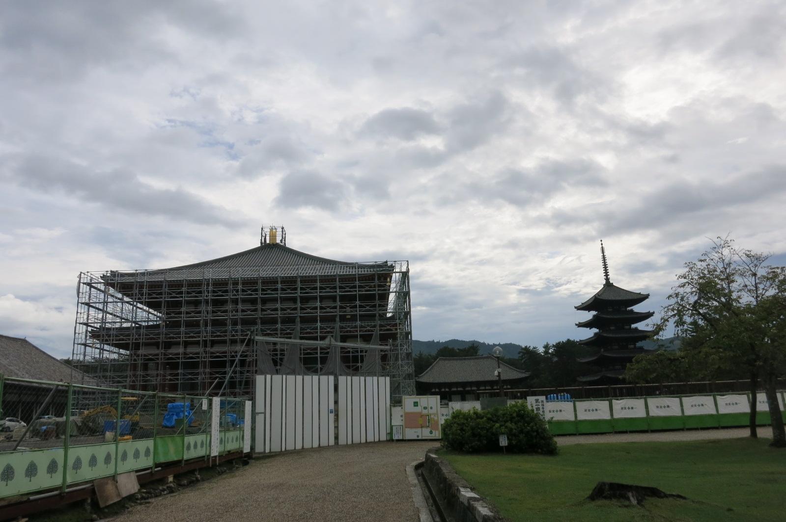 近鉄奈良駅から興福寺を通って徒歩で東大寺に向かいました。