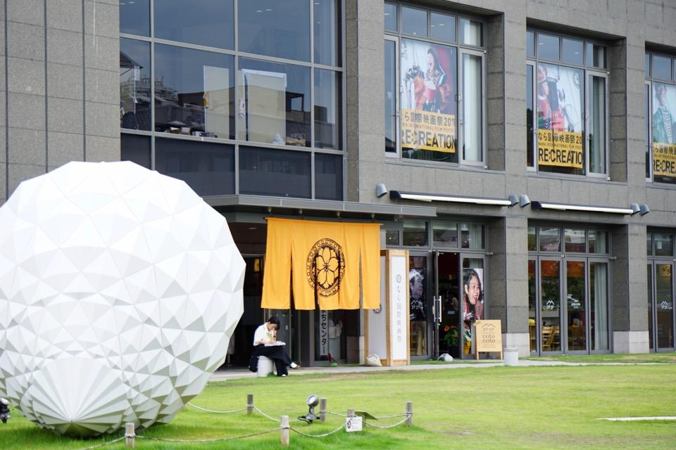 近くのならまちセンターでは国際映画祭が。樹木希林さんの写真がいっぱいでした。