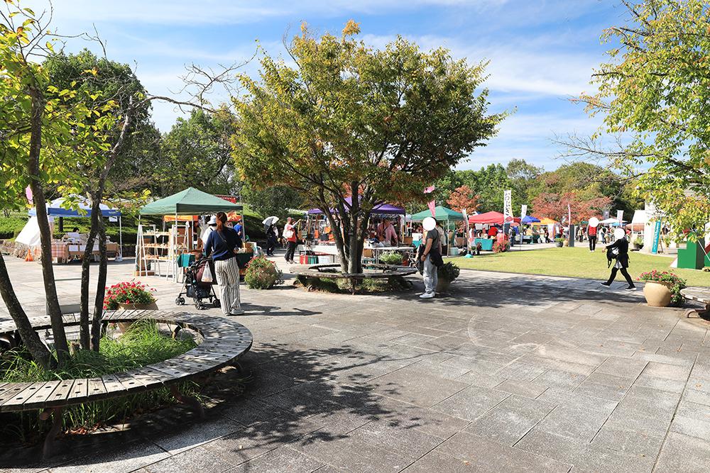 公園館前エリアでは、野菜やパン、クラフトなど、奈良で人気のお店が並んでいました。