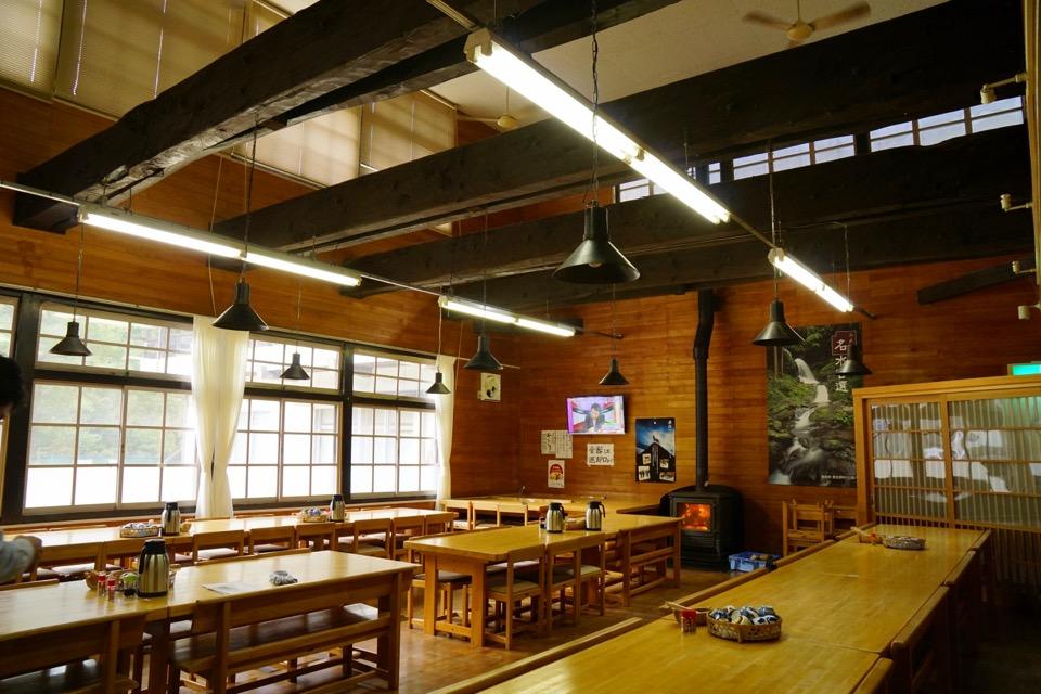 小学校を改築してカフェとして残されています。薪ストーブがあって素敵でした。