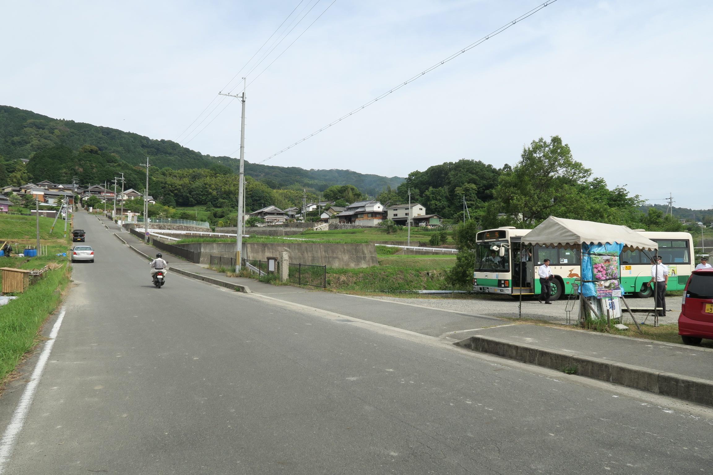 矢田寺のバス停。この通りを真っ直ぐに進むと矢田寺があります。