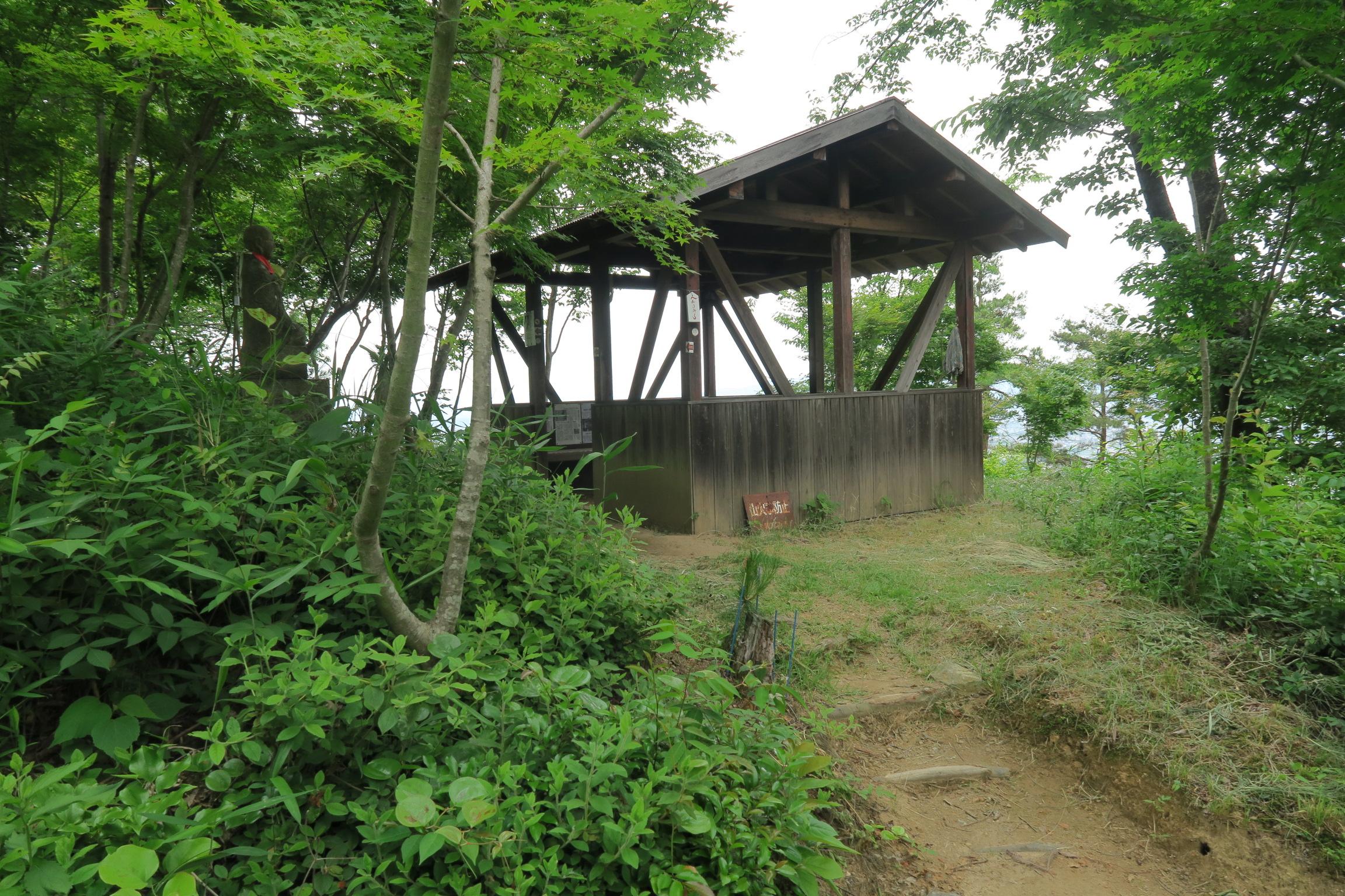 50番目の札所を過ぎると「じゅっぷく小屋」が見えてきます。ここで一休み。