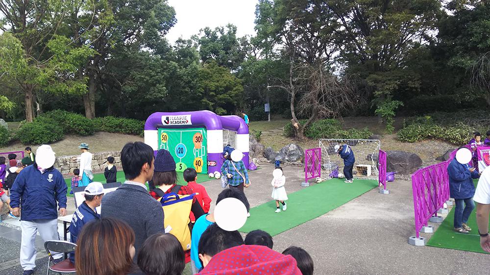 シートを確保して、広場に戻りました。子どもがサッカーを楽しむコーナーで息子も挑戦!!!