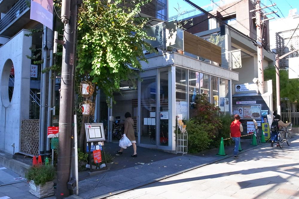 近鉄奈良駅周辺は自転車置き場も無いので、小西さくら商店街入口にある荷物預かり所が便利。