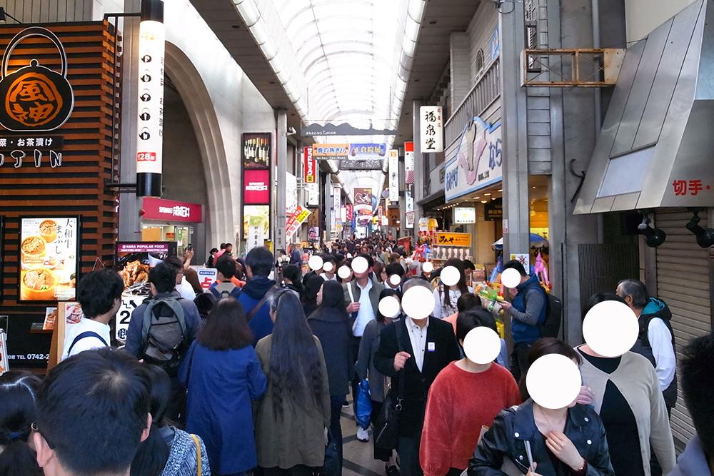 近鉄奈良駅の噴水側の通りはご覧の撮り。ものすごい人ですね。。。