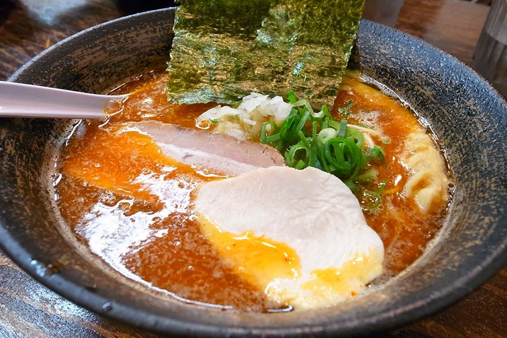濃厚辛煮干し中華そば。麺は細めのストレート。煮干しの香りと辛みがほど良く美味しくいただきました!