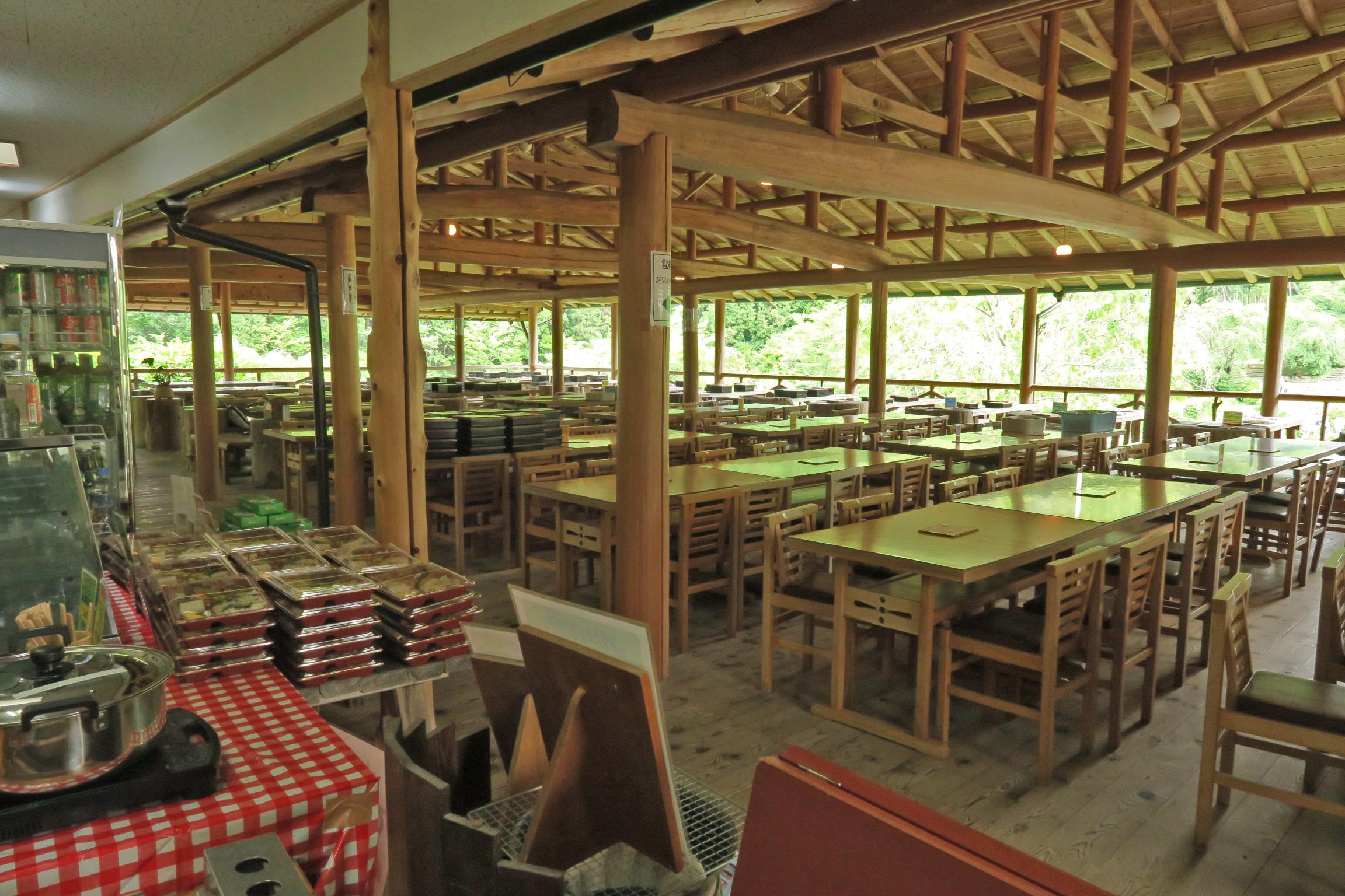 休憩所兼食堂です。お弁当やビールなども売っています。