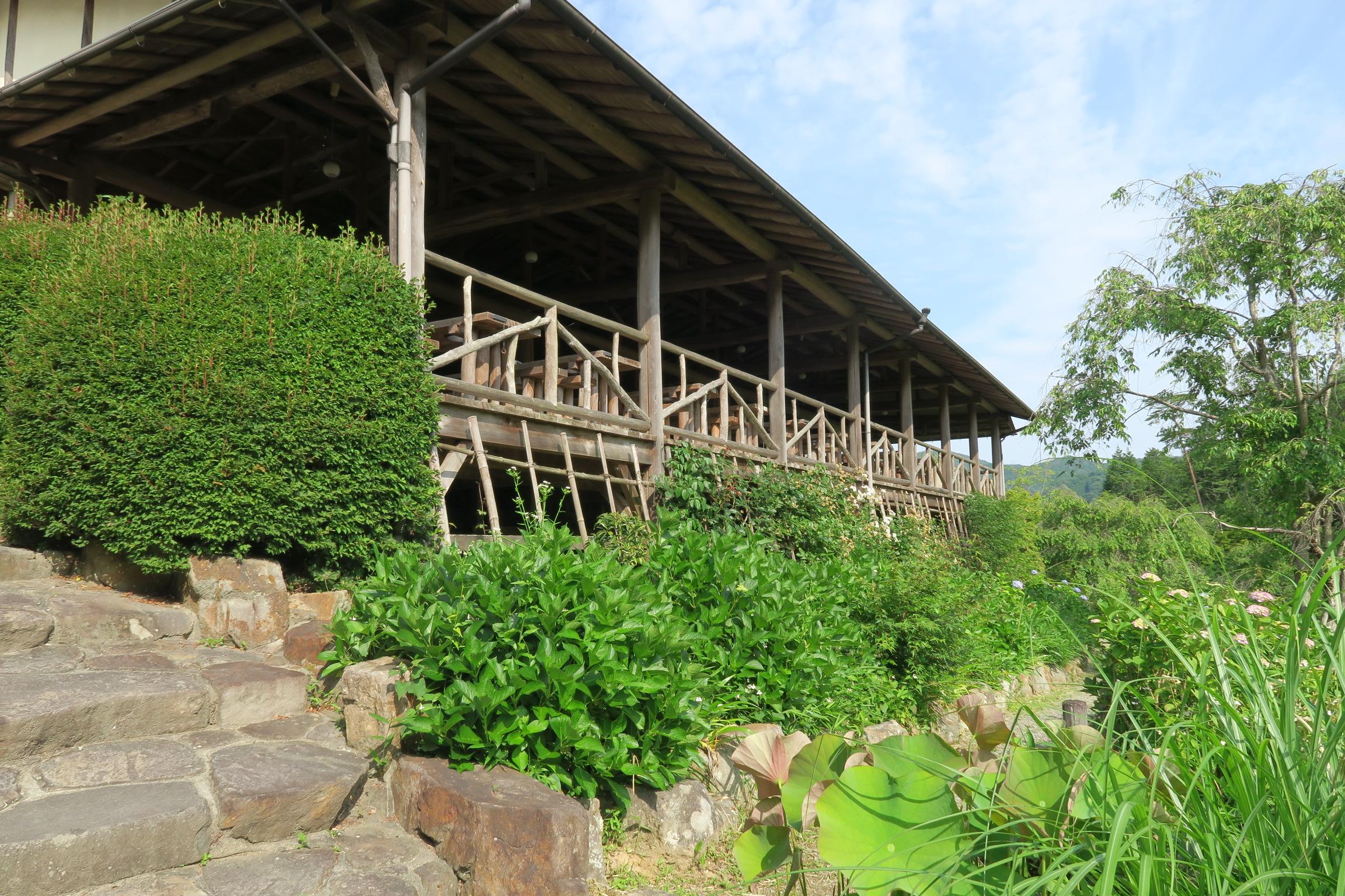 高台に設置されている休憩所。 お弁当、ビールなども売っています。