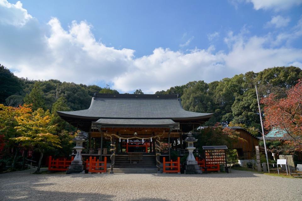 秋の女神を祀っており、紅葉が美しい神社です。