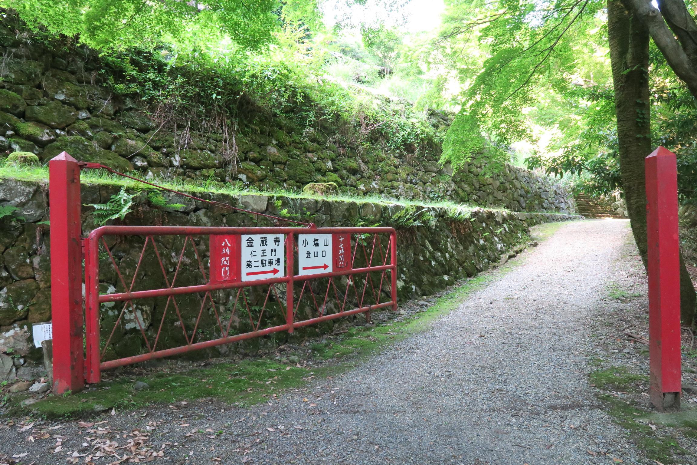 この赤い門扉が目印。右手奥に見える階段が金蔵寺入口です。