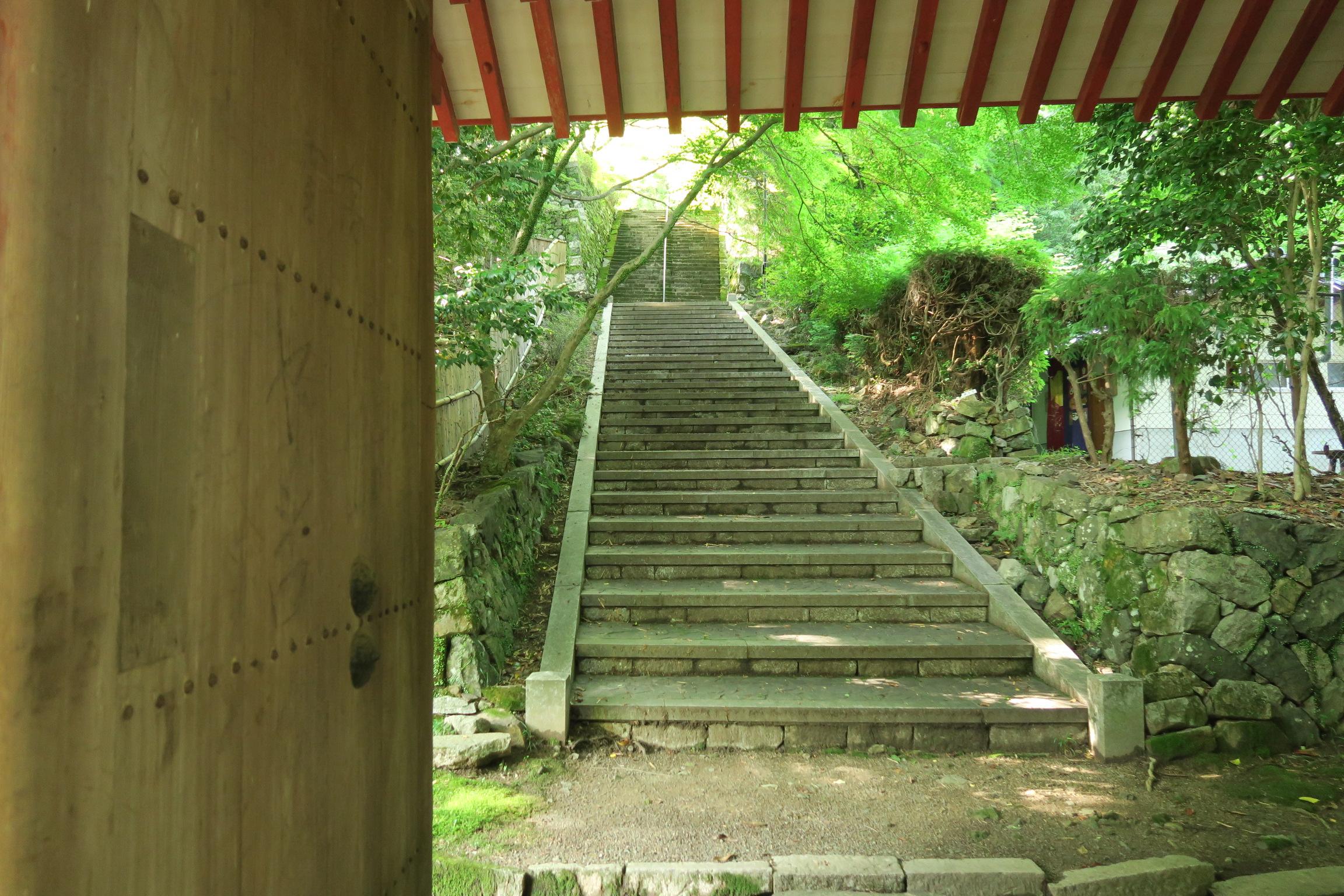 仁王門をくぐり、石階段を登ります。秋に素晴らしい紅葉が見れる石段です。