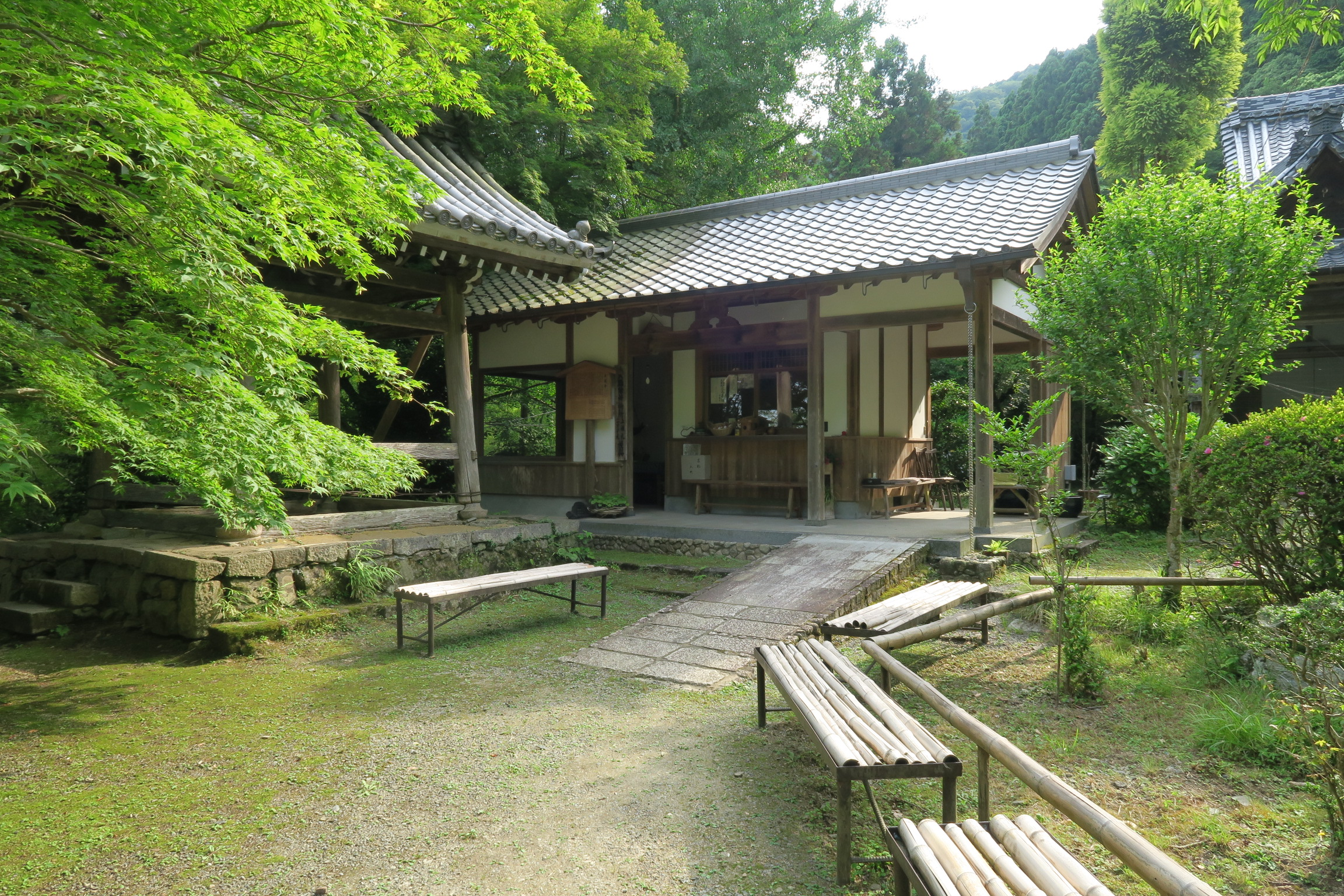 石階段をのぼり左手に寺務所があります。