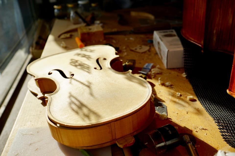 作りかけのバイオリン。