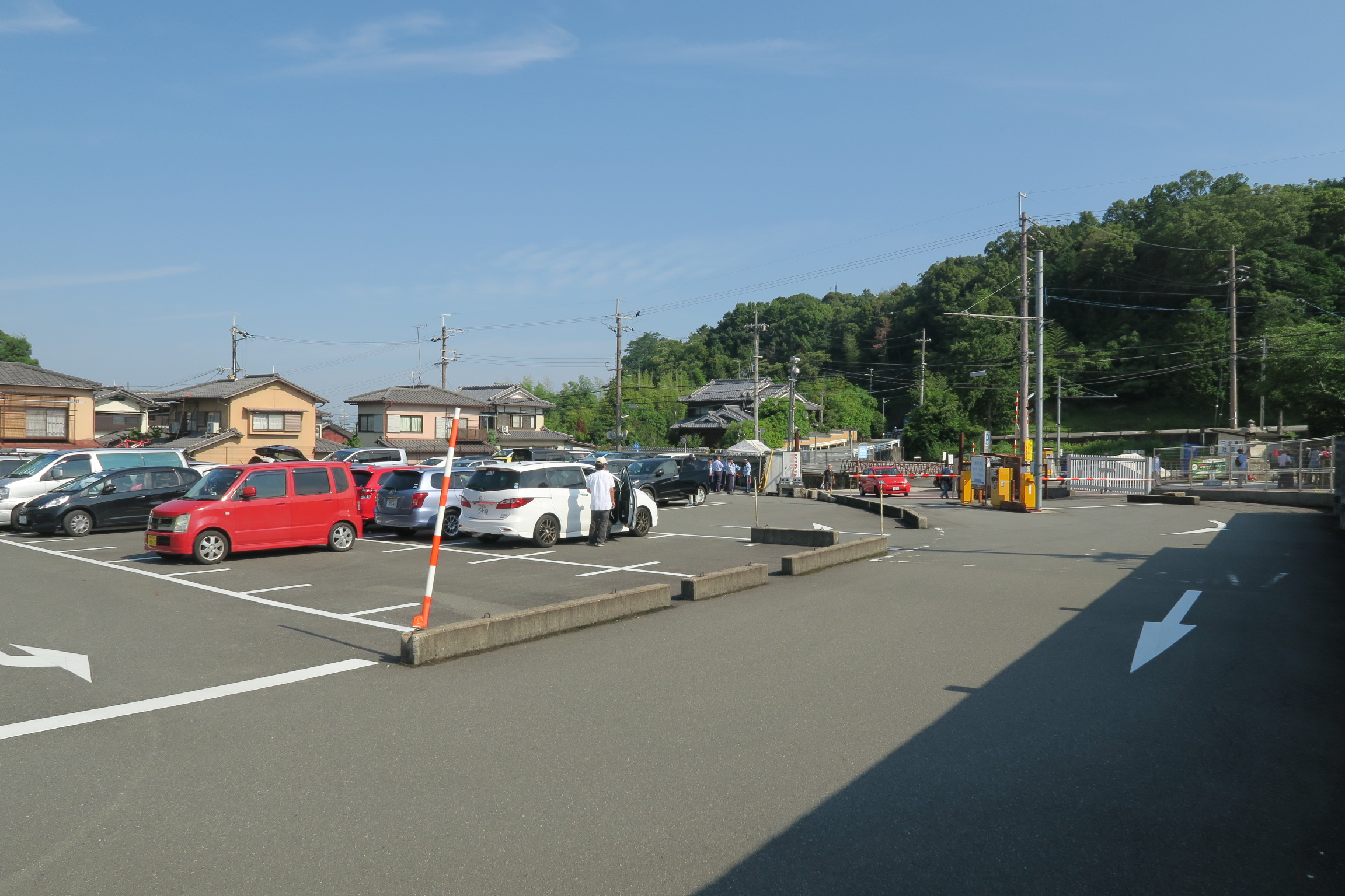 三室戸寺前にある駐車場。8時過ぎには駐車場も埋まり始めてました。