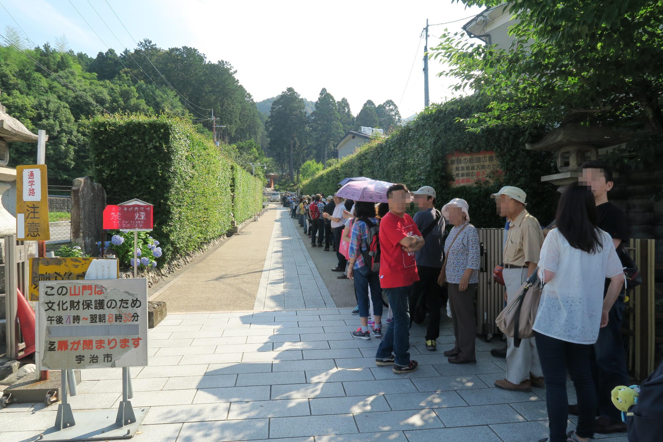 すでに長蛇の列が・・・。すごい人気ですね。