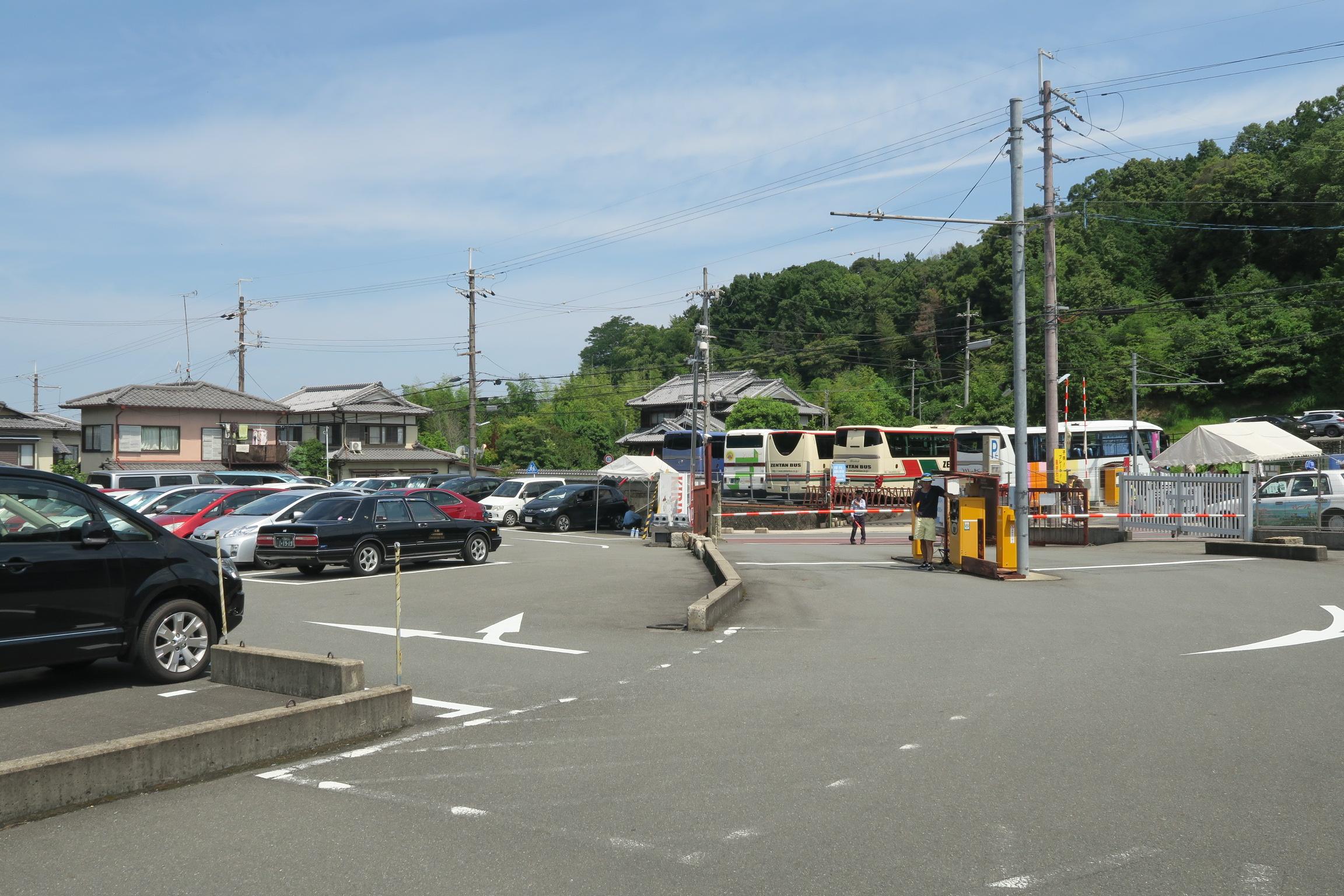 駐車場は満車。観光バスもたくさん停まっていました。
