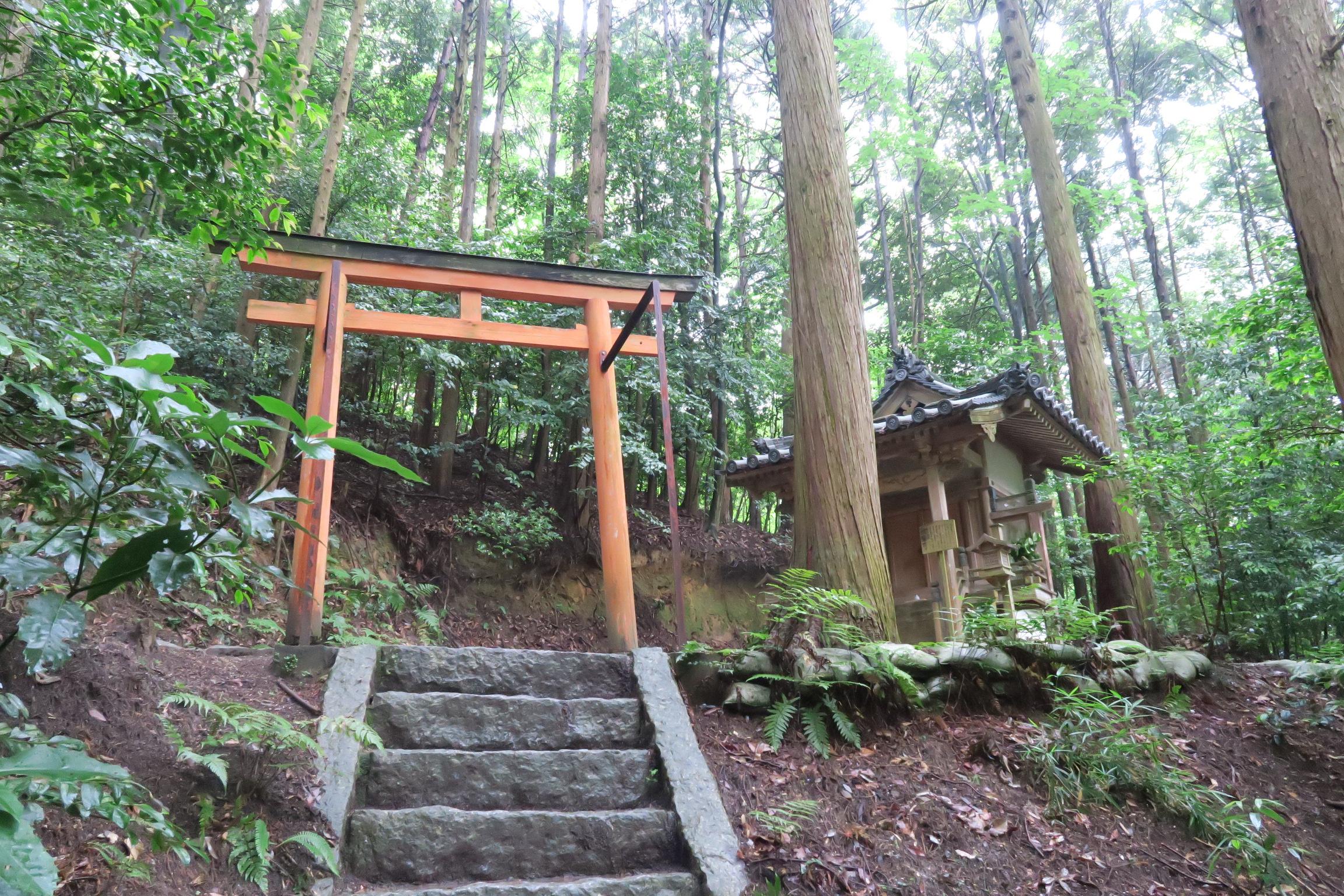 裏山には本堂と三重塔を見下ろす位置にある歓喜天堂。