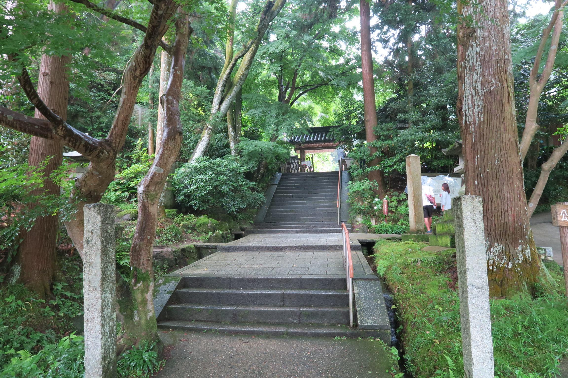 「関西のあじさい寺」と呼ばれる岩船寺。石段を登ると趣きある山門があります。