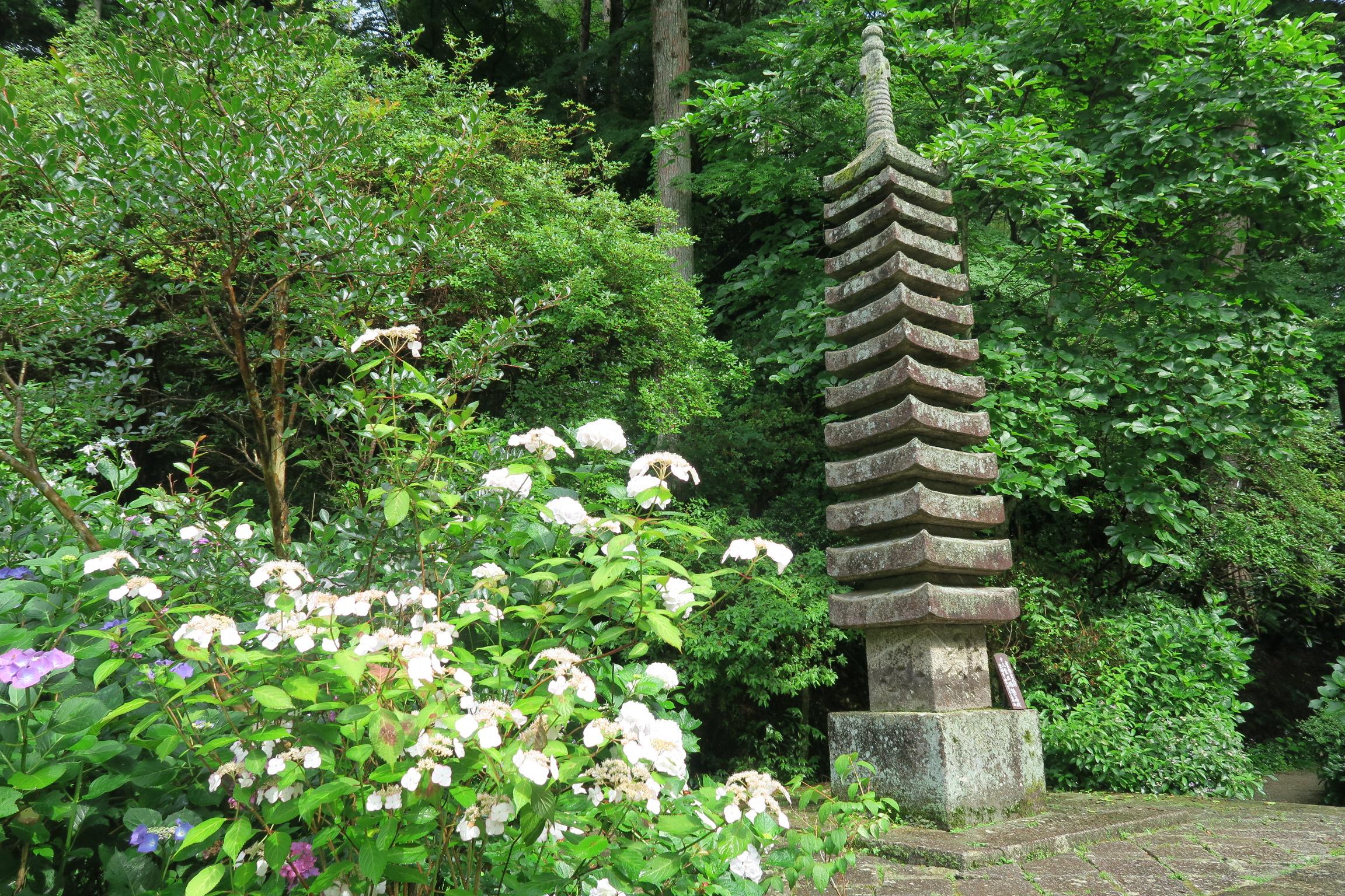 重要文化財の十三重石塔。妙空僧正が造立したものと伝えられています。