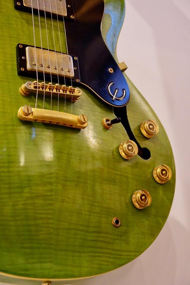 壁にはギターが。とても綺麗な緑で素敵でした。